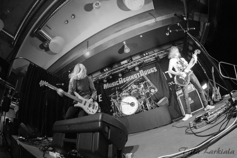 Nuoria soittajia Music Against Drugs -iltatapahtuman lavalla.
