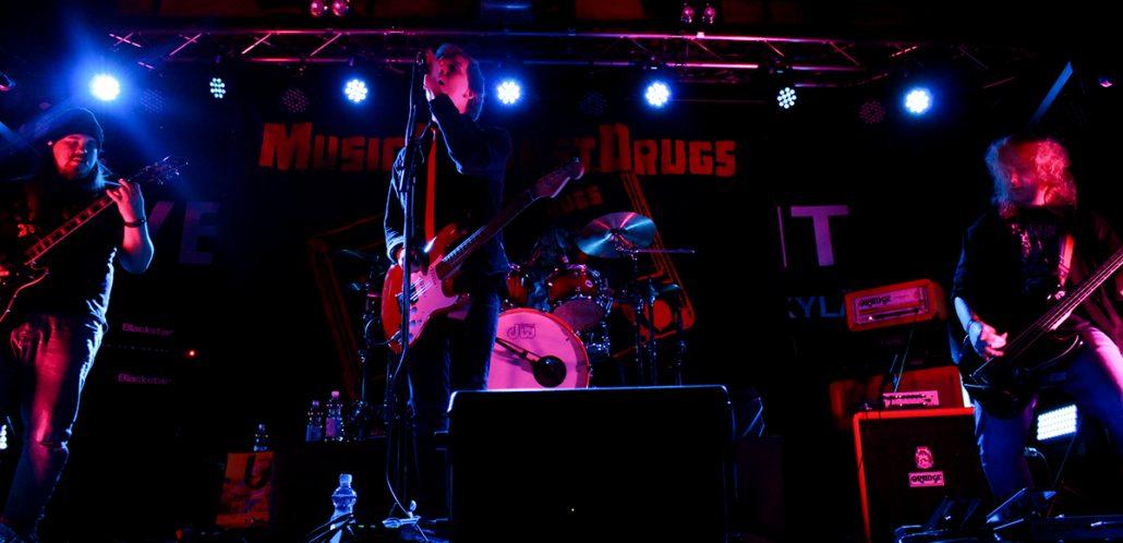 Nuoria soittajia lavalla Music Against Drugs -iltatapahtumassa.