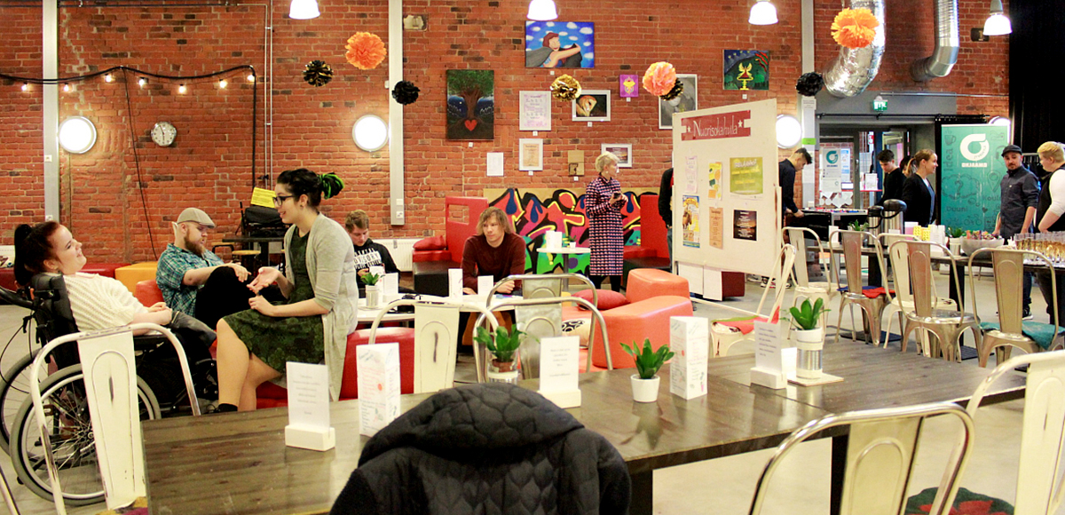 Yleiskuva Ihmisistä Ink-tiimin nuorten järjestämästä Heitä Hymy -taidenäyttelystä Jyväskylän Veturitalleilla.