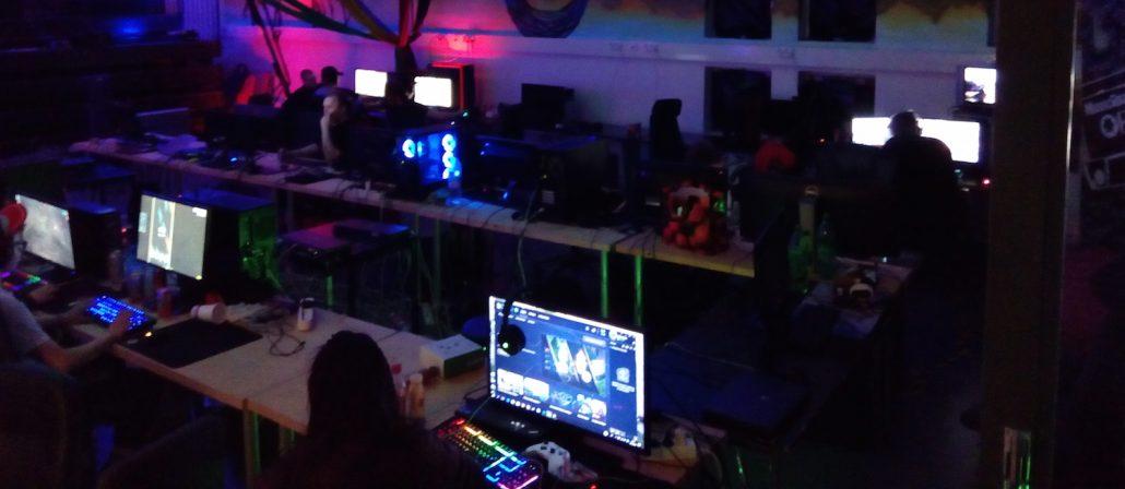 Nuoria pelaamassa tietokoneilla ISGee-verkkopelihankkeen järjestämässä LAN-tapahtumassa.