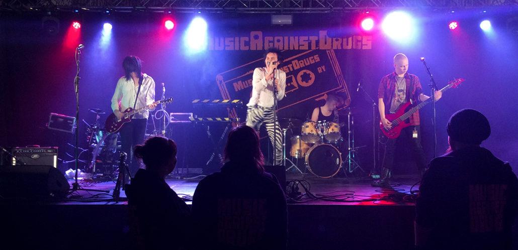 Nuorten rock-yhtye lavalla Kajaanin Music Against Drugs -iltatapahtumassa vuonna 2015.