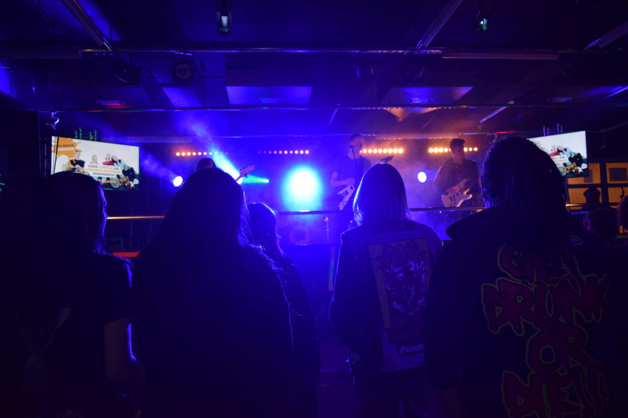 Yleisöä ja yhtye lavalla iltatapahtumassa.