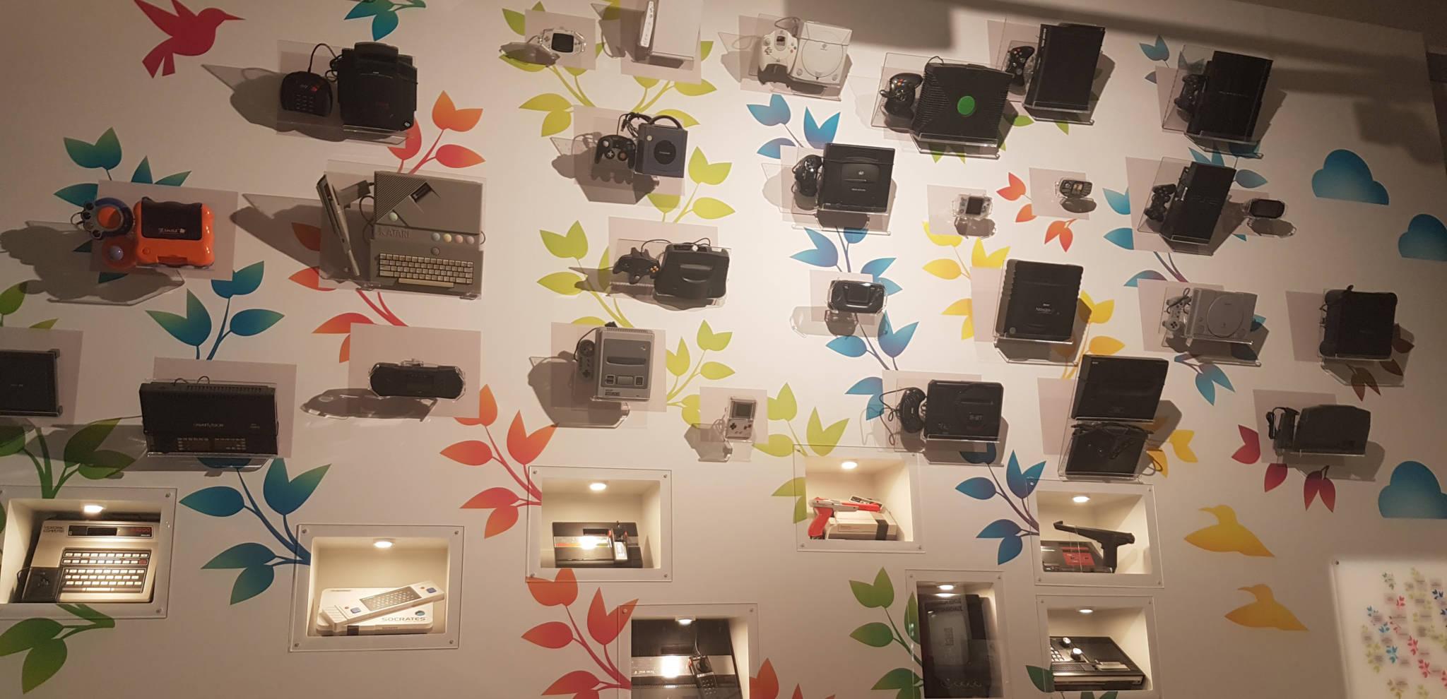 Erilaisia tietoteknisiä laitteita aseteltuna museoon näytille.