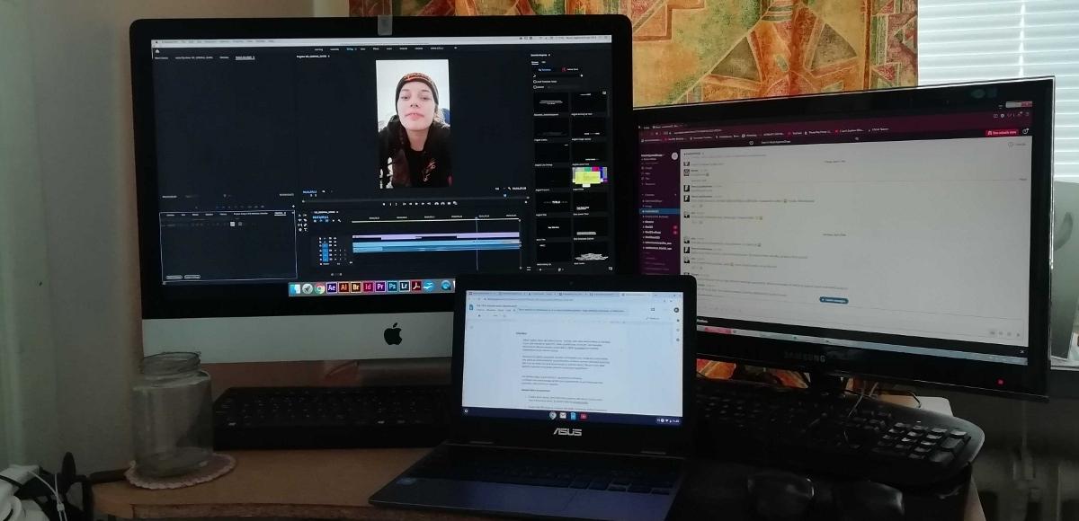 kannettava tietokone ja kaksi näyttöruutua työpöydällä
