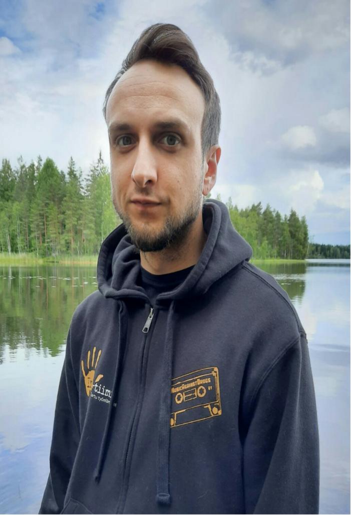 Ink-tiimiläinen Ville järven rannalla.