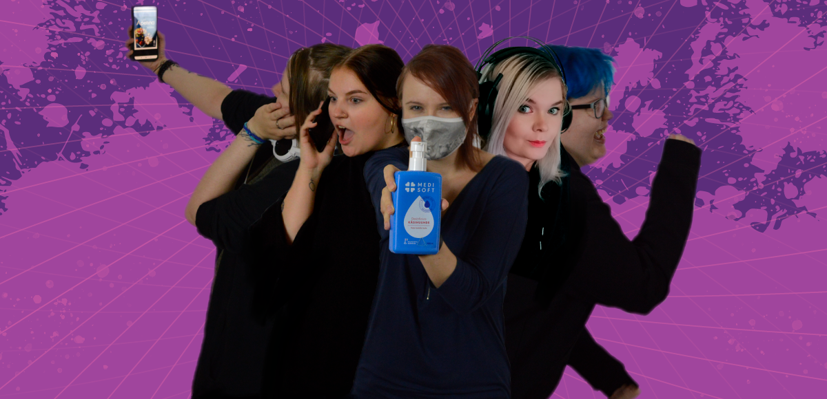 Inkin media- ja viestintätiimin viisi jäsentä kuvassa puhelimen, kuulokkeiden ja käsien desinfiointiaineen kanssa.