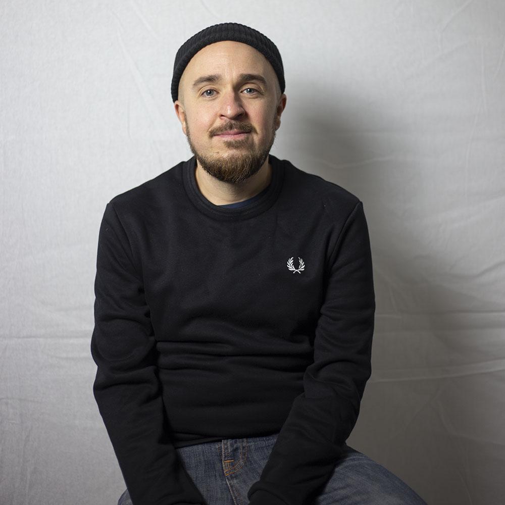 Music Against Drugs ry:n kehittämispäällikkö Joni Söderman. Kuva tiimiläinen Jenna Mäenpää.