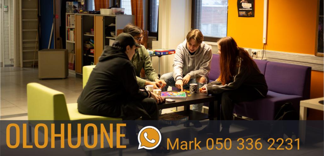 Nuoria pelaamassa lautapeliä. Teksti Olohuone, Mark 050 336 2231